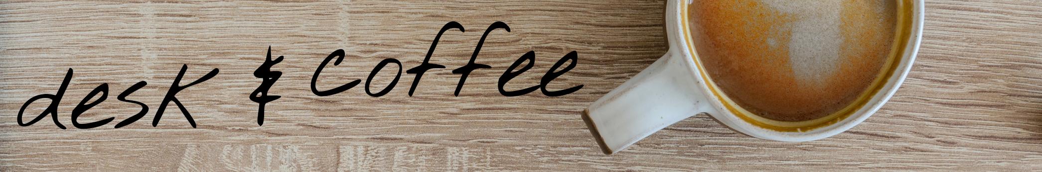 Schreibtisch mit Kaffeetasse